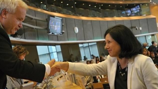 Česká kandidátka do Evropské komise Věra Jourová se 1. října po svém vystoupení před výbory europarlamentu zdraví s šéfem výboru pro právní otázky, europoslancem Pavlem Svobodou.