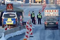 Němečtí policisté stojí 14. února 2021 na kontrolním stanovišti na hraničním přechodu v Pomezí nad Ohří na Chebsku