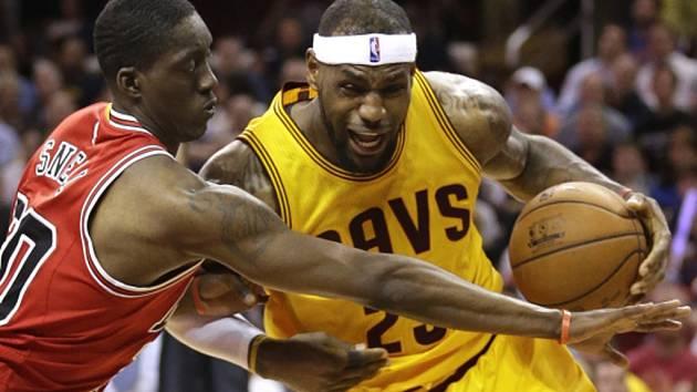 LeBron James z Clevelandu (vpravo) se snaží prosadit proti Chicagu.