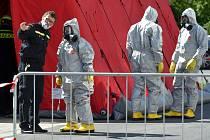 Hasiči ve speciálních oblecích se chystají 7. května 2020 vydezinfikovat vnitřní prostory chebské nemocnice, která je jedním z největších lokálních ohnisek nákazy koronaviru v Česku