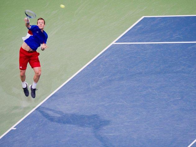 Tomáš Berdych servíruje v Davis Cupu proti Německu.