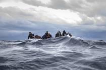 Migranti na člunu na moři. Ilustrační foto