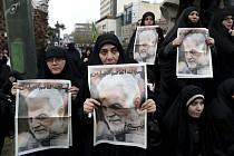 Ženy s portréty zabitého íránského generála Kásema Solejmáního ve smutečním průvodu v Teheránu na snímku ze 4. ledna 2020