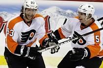 Jakub Voráček (vlevo) se raduje z gólu v síti Penguins