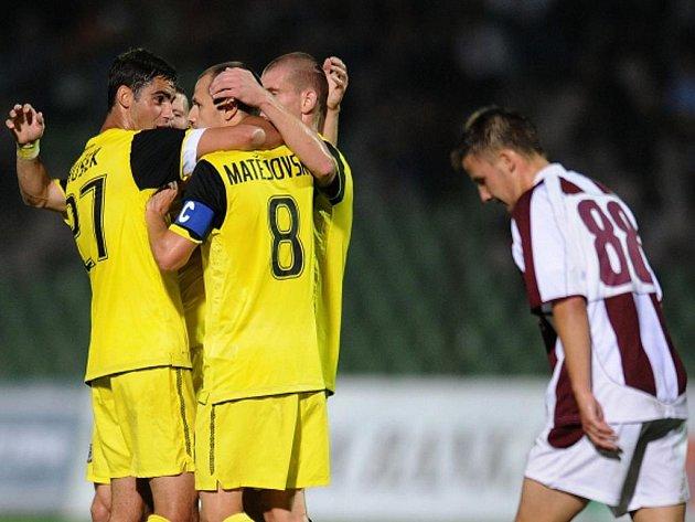 Fotbalisté Sparty se radují z gólu Marka Matějovského proti Sarajevu.