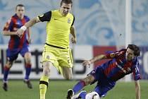 Sparťan Juraj Kucka (ve žlutém) v souboji s Deividasem Semberasem z CSKA Moskva.
