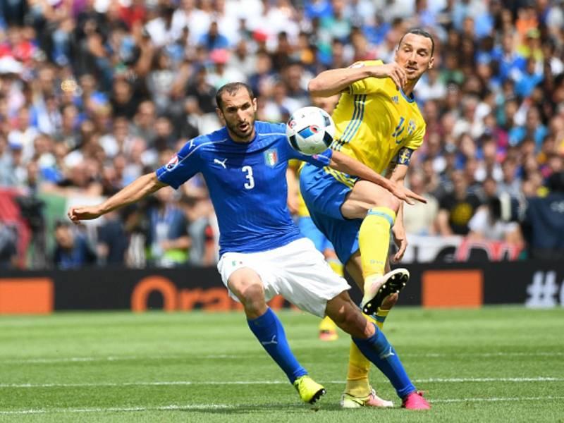 Giorgio Chiellini z Itálie (vlevo) a Zlatan Ibrahimovic ze Švédska.