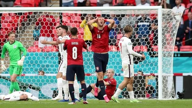 Tomáš Souček se drží za hlavu po střele, která šla jen těsně mimo.
