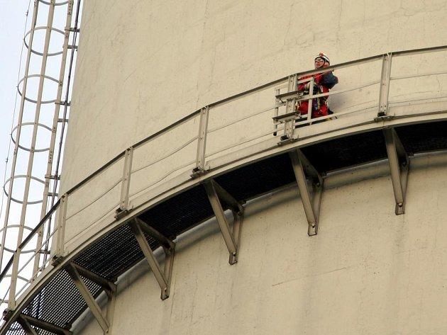 Jedenáct ekologických aktivistů z organizace Greenpeace vylezlo na komín největší české hnědouhelné elektrárny Prunéřov.
