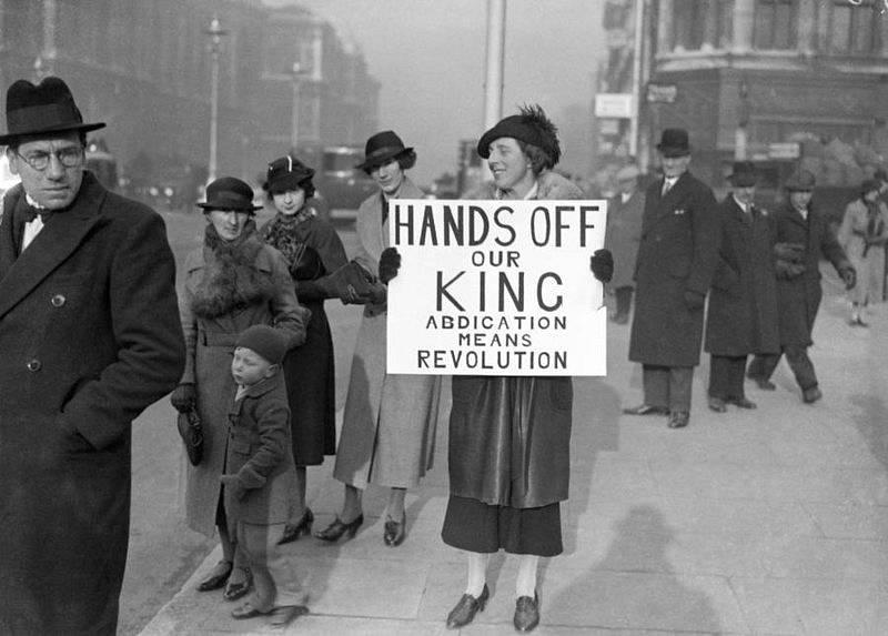 Žena s plakátem v době abdikační krize ve VB v roce 1936 - i většina britské veřejnosti nesouhlasila, aby se král Eduard VIII. oženil s Američankou Wallis Simpsonovou.