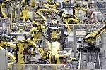 Výrobní linka v automobilce - ilustrační foto.