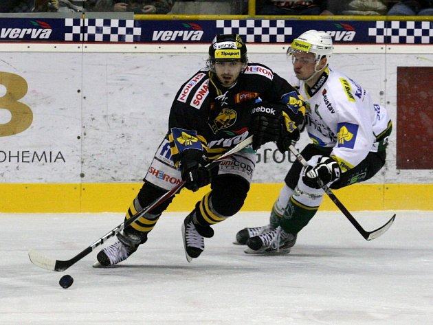 Hokejisté Litvínova (v černém) proti Karlovým Varům.