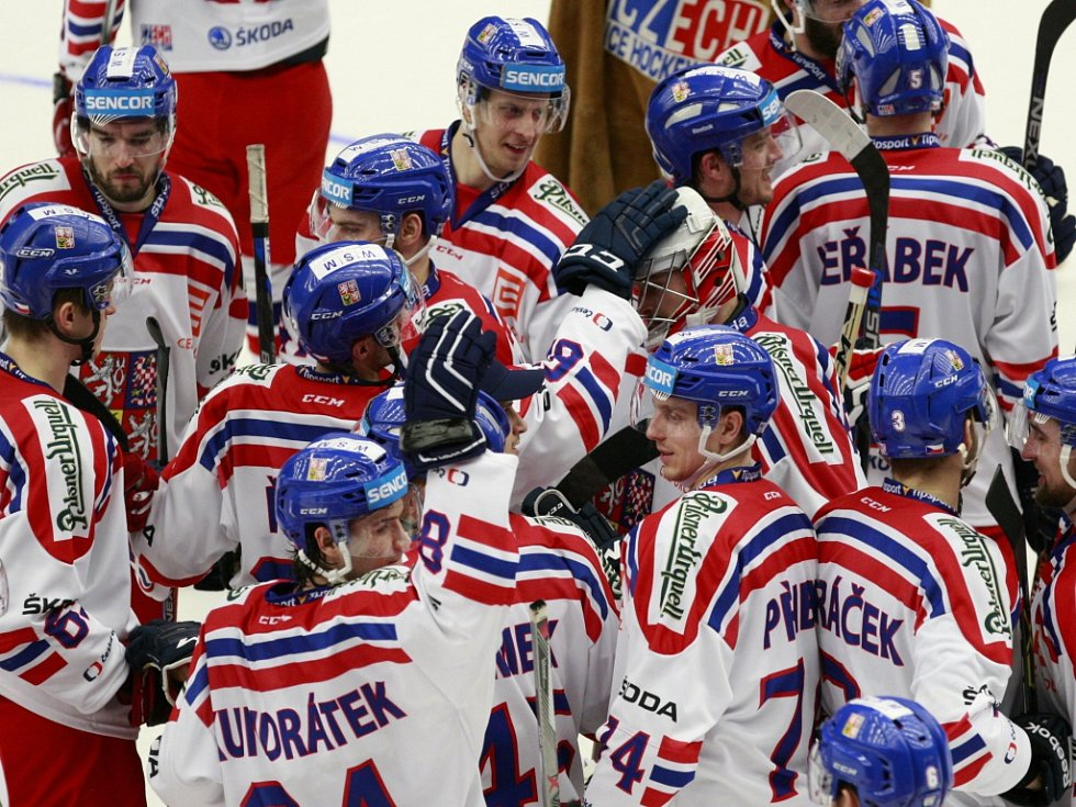 Čeští hokejisté se radují z vítězství nad Ruskem.