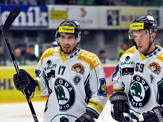 Hokejisté Boleslavi Radek Matějovský (vlevo) a Nikola Gajovský.