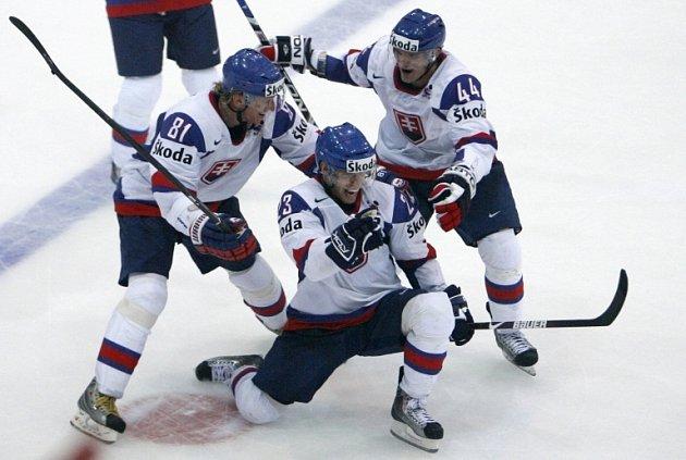 Slovenští hokejisté se štěstím vyhráli nad podceňovanými Maďary ve švýcarském Bernu při Mistrovství světa. Slováci se vrhli do zoufalého závěrečného náporu, který jim pouhých třináct vteřin před koncem zajistil vítězství 4:3.