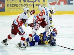 Hráči Slavie Tomáš Svoboda (vlevo) a Vladimír Roth v souboji s Michalem Důrasem ze Zlína (v modrém).
