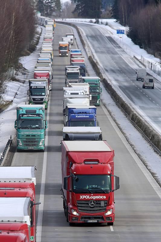 Kolony kamionů na dálnici D5. Německá spolková policie společně s bavorskou pohraniční policií provádějí na hranicích kontroly všech projíždějících vozidel. Pro kamiony je vjezd povolen, ale řidič musí mít negativní test na Covid. Kontroly provoz velmi zp