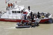 Záchranáři se na Dunaji v centru Budapešti snaží vyzvednout na hladinu výletní plavidlo Mořská panna (Hableány), které se ve středu večer potopilo po srážce s jinou lodí.