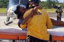 Konečně v bezpečí. Nelly Murillová v náručí záchranáře.