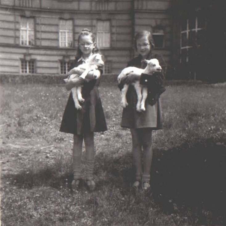 Květoslava Neradová s kamarádkou s kůzlátky před ústavem