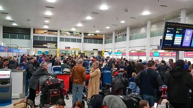 Chaos na letišti v Gatwicku.