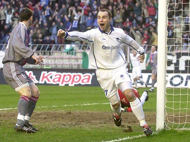 Jan Nezmar slaví. Fotbalový Liberec před dvanácti lety přešel přes Lyon do čtvrtfinále tehdejšího Poháru UEFA.