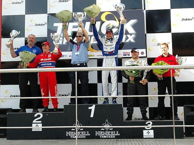 ZA TITULEM. David Vršecký na nejvyšším stupínku s technickým ředitelem Buggyry Mario Kressem po nedělním triumfu v Zolderu.