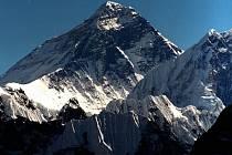 Indický horolezec dnes zahynul, když mu další pomáhali dolů z Mount Everestu.