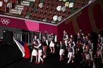 Čeští sportovci, vpředu vlajkonoši, tenistka Petra Kvitová a basketbalista Tomáš Satoranský.