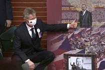 Předseda Senátu Miloš Vystrčil u portrétu svého zesnulého předchůdce Jaroslava Kubery poté, co 1. září 2020 v Tchaj-peji vystoupenil v tchajwanském parlamentu