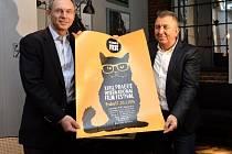 Prezident festivalu Fero Fenič (vpravo) a ekonom Jan Švejnar pokřtili 2. února na tiskové konferenci v Praze plakát 23. ročníku mezinárodního filmového festivalu Febiofest.