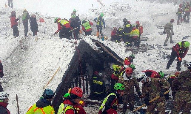Záchranné práce u hotelu Rigopiano, který zavalila lavina.