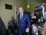 Mluvčí OKD Vladislav Sobol ukazuje, jak bude areál Kozince vypadat po rekultivaci.