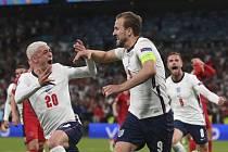 Harry Kane se spoluhráči slaví gól v semifinále Eura.