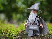 J. R. R. Tolkien a jeho trilogie Pán Prstenů dávno přerostla hranice literatury. Populární fantasy sága získala i podobu kostiček stavebnice LEGO.