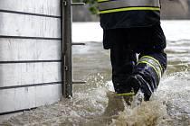 Na třetí povodňový stupeň vystoupala hladina Vltavy v Praze. Na Kampě se začaly stavět protipovodňové zábrany.