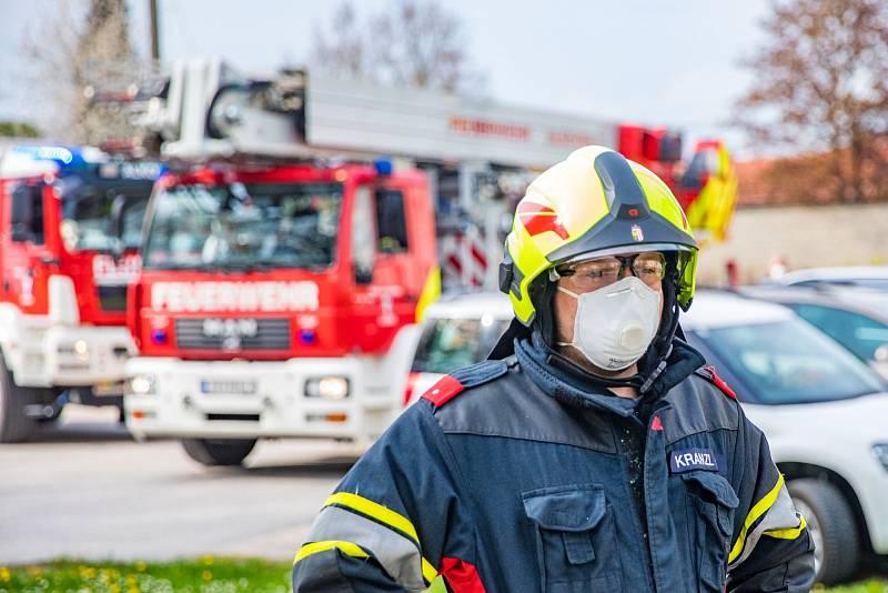 Rakouští hasiči během koronavirové pandemie