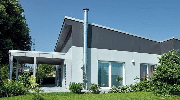Lehké nerezové komíny nemusíte vést střechou. Naopak je možné je i bez základů přichytit na fasádu. Vyhnete se tak nežádoucímu nepořádku v domácnosti, který doprovází jakákoliv větší stavební úprava.