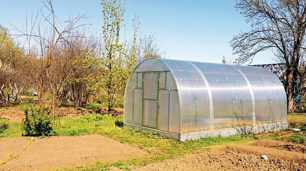 Rostliny potřebují vždy dostatek světla, proto by bylo nejlepší, kdybychom skleník mohli postavit na takové místo, kam svítí slunce od rána do večera.