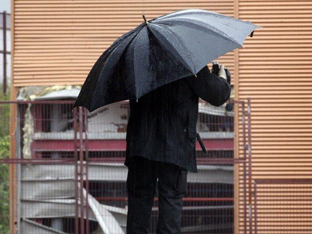 Španělský policista dokumentuje místo výbuchu před tiskárnou na severu země.