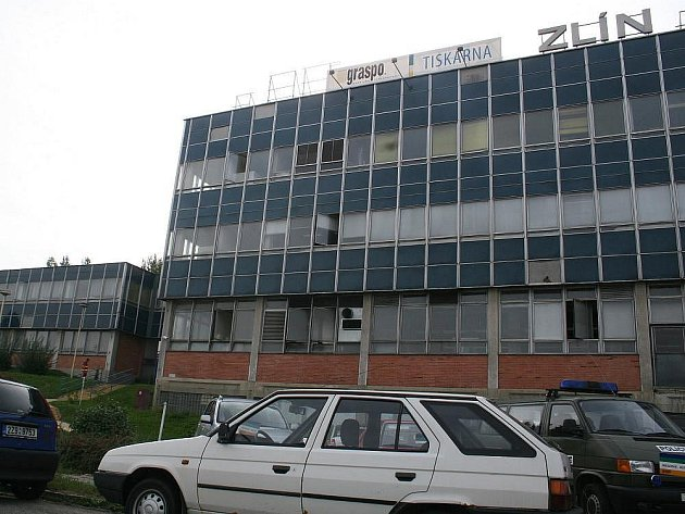 Se zbraní v ruce a s vražednými úmysly ve čtvrtek ráno zamířil do tiskárny Graspo ve Zlíně bývalý zaměstnanec. Pětapadesátiletý muž postřelil dva manažery firmy a poté pistoli obrátil proti sobě.