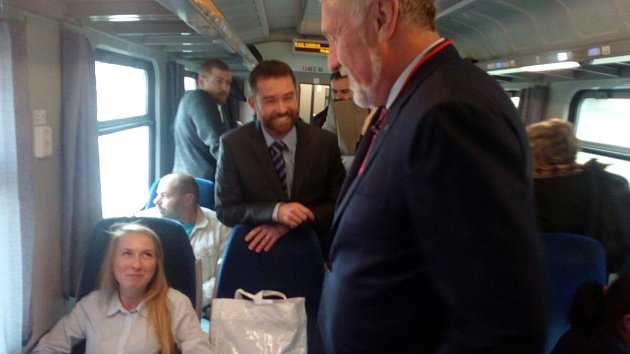 Mirek Topolánek mezi cestujícími ve vlaku