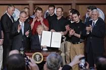 Donald Trump slibuje, že více uhlí a omezení emisí přinese více pracovních míst.