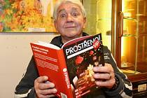 Rekordních patnáct lidí, včetně Jiřího Krampola, pokřtilo knížku Prostřeno! VIP autorky Marie Formáčkové. Ta ji sepsala podle stejnojmenného pořadu, který vysílá Prima family.