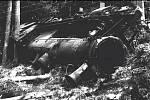 Převrácená lokomotiva zlikvidovaná partyzánskou diverzní akcí