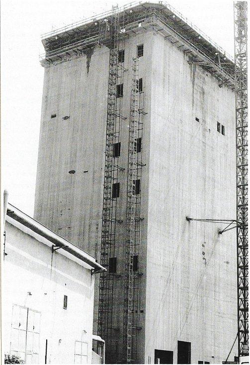 Výstavba skipokomplexu Mír 4 závodu 2 v roce 1984.