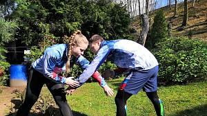 Martina a Josef Ptáčkovi ukazují čtenářům Deníku, jak cvičit v době koronavirové karantény.