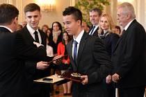 Prezident Miloš Zeman předal ocenění Zlatý záchranářský kříž za nejlepší záchranářský čin roku 2015. Na snímku jsou Matěj Hulík (druhý zleva) a Martin Bartoš (třetí zleva) ocenění v kategorii Záchranářský čin laiků za záchranu života dvou dětí.