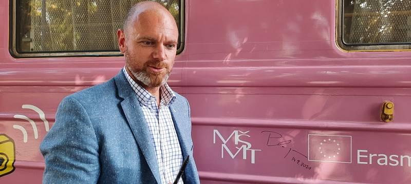 Ministr školství, mládeže a tělovýchovy Robert Plaga se podepsal na jeden z vagonů.