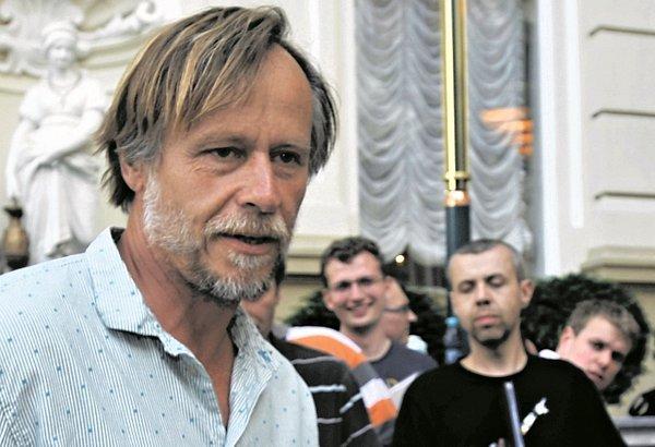 Vnitřní řeč aktéra namluvil sugestivně Karel Roden.